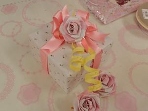 2重リボン、小さな飾りパーツ、バラを組み合わせるとこんなにゴージャス★
