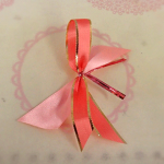 ③ 短いリボン(写真:薄いピンク)を後ろに付け、ラッピング用ワイヤーでまとめて出来上がり♪