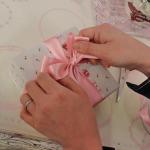 ⑤ リボンの輪の後ろ側を引っ張って形を整えます。