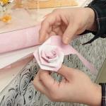 ⑦ 希望の大きさになったら、帯の端をバラの裏側の芯に巻きつけワイヤーなどで固定してできあがり♪